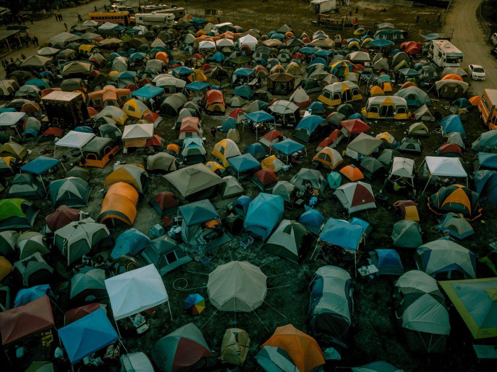 Festival met vrienden - camping vol tenten