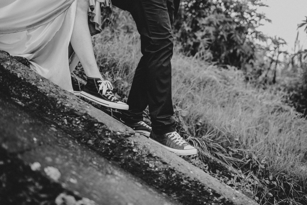 sneakers dresscode trouw