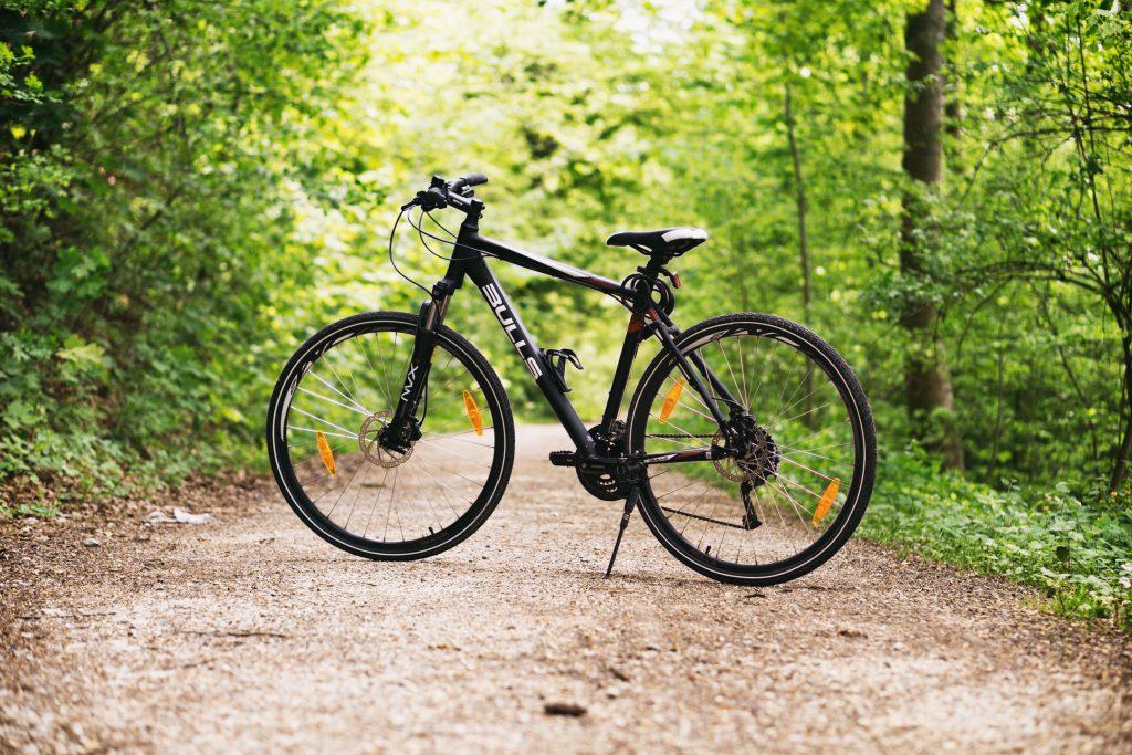 met de fiets op reis - nog enkele tips - zwarte fiets in het bos